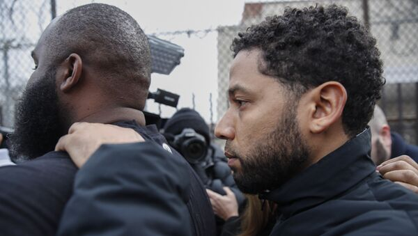 Empire actor Jussie Smollett leaves Cook County jail following his release, Thursday, Feb. 21, 2019, in Chicago. Smollett was charged with disorderly conduct and filling a false police report when he said he was attacked in downtown Chicago by two men who hurled racist and anti-gay slurs and looped a rope around his neck, a police official said - Sputnik International