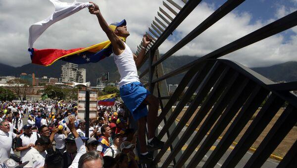 Supporters of Venezuelan opposition leader Juan Guaido take part in a march in Caracas, on February 23, 2019 - Sputnik International