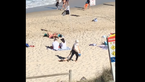 No Negotiations: Australian Woman Drags Seemingly Content Child Through Sand - Sputnik International