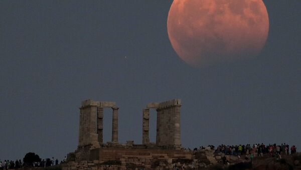 Temple of Poseidon is seen as a full moon is partially covered by the Earth's shadow during a lunar eclipse in Cape Sounion, east of Athens, Greece, August 7, 2017. - Sputnik International