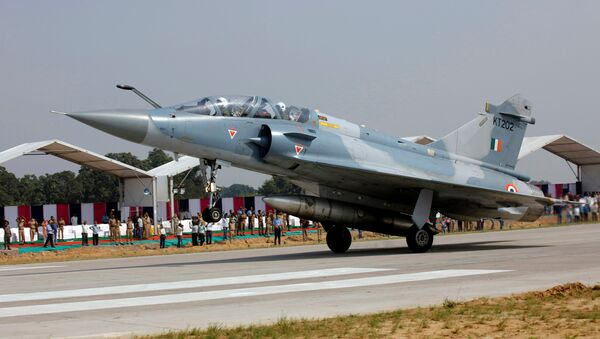 An Indian Air Force Mirage 2000 aircraft lands on the Agra-Lucknow expressway during a drill which, according to the Air Force officials, was held to use the expressway as landing strips in the event of emergency, in Unnao in the northern state of Uttar Pradesh, India, October 24, 2017 - Sputnik International