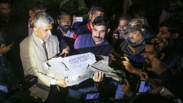 Indian Air Force officials show a section of an exploded AMRAAM missile, said to be fired by Pakistan Air Force (PAF) F-16, during a joint press conference of the Indian Air Force (IAF), Army and Navy in New Delhi on February 28, 2019 - Sputnik International