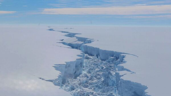 A screengrab made on July 14, 2017 from a video released by the British Antarctic Survey shows the rift in the Larsen C Ice Shelf, on the Antartic Peninsula, in February 2017. - Sputnik International