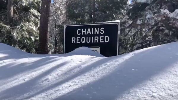 a chains required' sign on a snowed-in road - Sputnik International