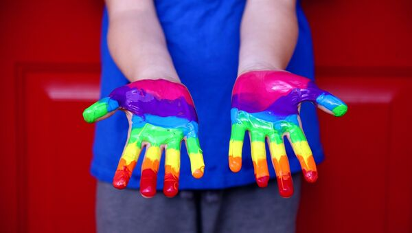 A child's hands covered in paint - Sputnik International