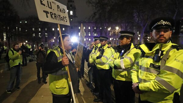 An pro-Brexit demonstrator confronts police officers in Parliament square in London, Tuesday, Jan. 15, 2019. - Sputnik International