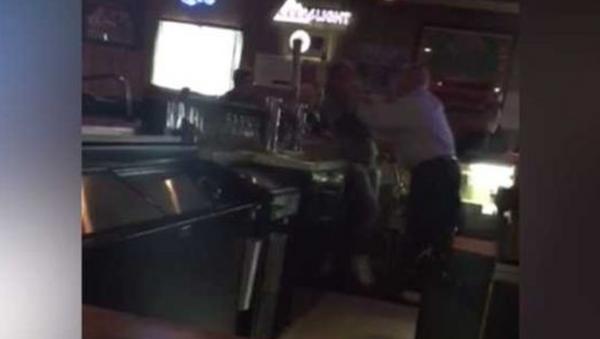 Bar owner Dale Dean Suter of the Walnut Saloon choking female employee over sign disagreement - Sputnik International