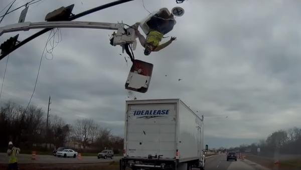 Worker Turned Upside Down as Truck Clips Cherry Picker - Sputnik International
