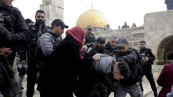 Israeli police arrests a Palestinian in front of the Dome of the Rock mosque in Jerusalem, Monday, Feb. 18, 2019 - Sputnik International