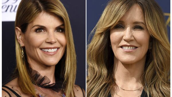 This combination photo shows actress Lori Loughlin at the Women's Cancer Research Fund's An Unforgettable Evening event in Beverly Hills, Calif., on Feb. 27, 2018 left, and actress Felicity Huffman at the 70th Primetime Emmy Awards in Los Angeles on Sept. 17, 2018 - Sputnik International