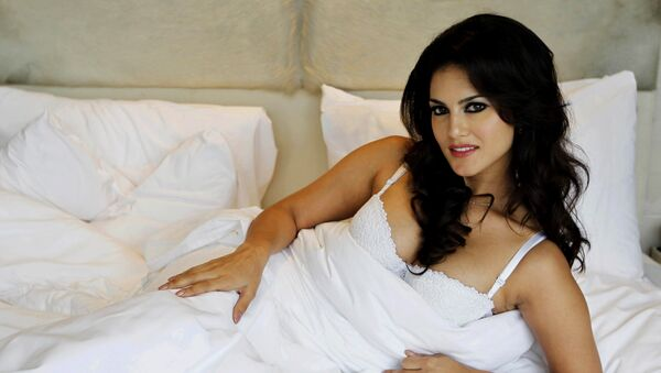 """In this Wednesday, Aug. 1, 2012 photo, hard-core porn actress Sunny Leone, who stars in Bollywood film """"Jism 2"""" poses during an event to promote the film in New Delhi, India - Sputnik International"""
