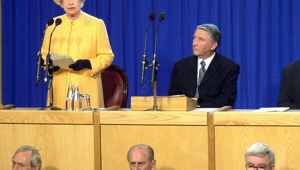 David Steel (now Lord Steel) looks at the Queen as she gives an address at the Scottish Parliament in 2002 - Sputnik International