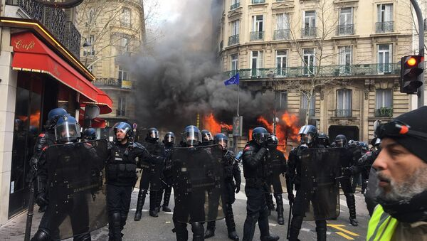 Bank set on fire in Paris during Yellow Vests protest in Paris on 16 March - Sputnik International