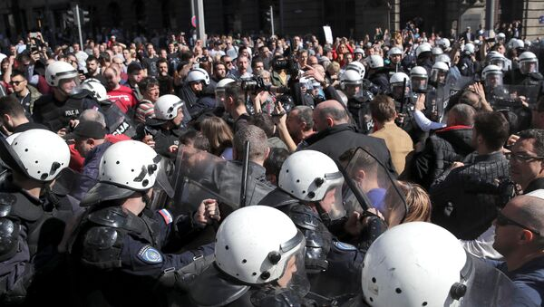 Demonstrators face-off with riot police at a protest against Serbian President Aleksandar Vucic and his government in front of the presidential building in Belgrade, Serbia, March 17, 2019. - Sputnik International