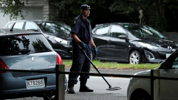 a police officer looks for explosive devices near Masjid Al Noor mosque in Christchurch, New Zealand, March 17, 2019 - Sputnik International