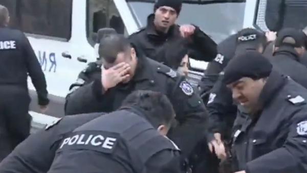 Bulgarian Police Mistakenly Pepper-Spray Themselves Instead of Protesters - Sputnik International