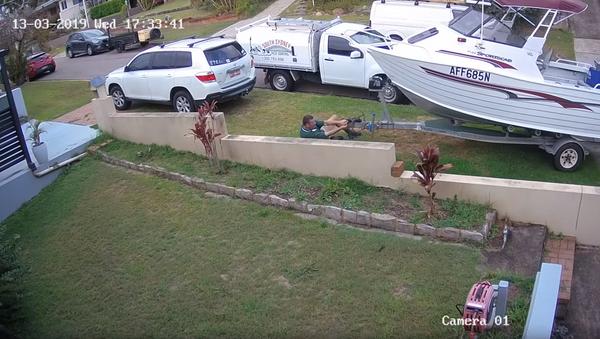 Fighting With Physics: Australian Dragged Down Asphalt by Runaway Boat - Sputnik International