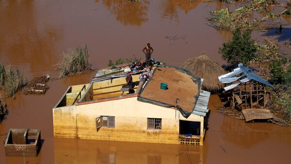 A man looks on atop his house after Cyclone Idai in Buzi district outside Beira, Mozambique, March 22, 2019. - Sputnik International