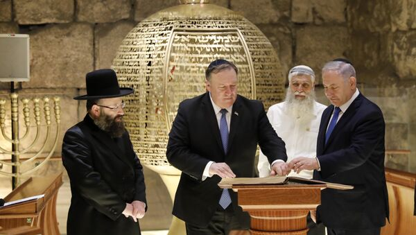 From left, Rabbi of the Western Wall Shmuel Rabinovitch, US Secretary of State Mike Pompeo, center, Israeli Prime Minister Benjamin Netanyahu visits the Western Wall tunnels synagogue in Jerusalem's Old City on 21 March, 2019 - Sputnik International