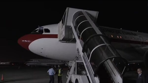 Los Reyes tardan una hora en salir del avión - Sputnik International