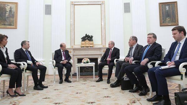 Russian President Vladimir Putin and his Lebanese counterpart, Michel Aoun - Sputnik International