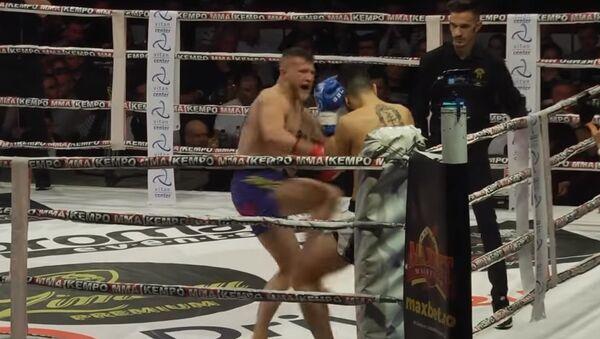 Romanian kickboxer Eduard Gafencu knocks out Dutchman Thomas Doewe at the Colosseum Tournament in Bucharest. - Sputnik International