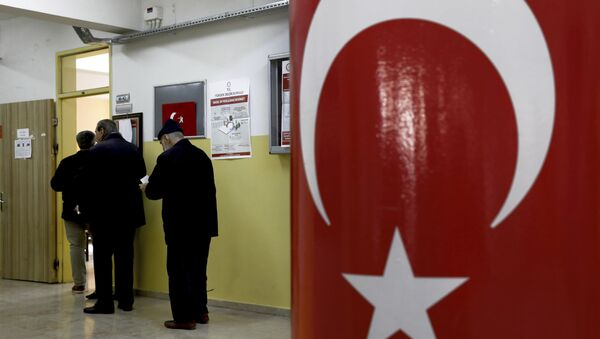 Voters wait in the line for cast their ballots at a polling station during the local elections in Ankara, Turkey, Sunday, March 31, 2019 - Sputnik International