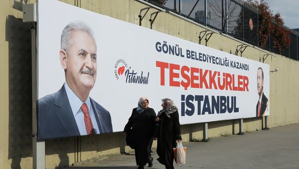 People walk past by AK Party billboards with pictures of Turkish President Tayyip Erdogan and mayoral candidate Binali Yildirim in Istanbul, Turkey, April 1, 2019. - Sputnik International