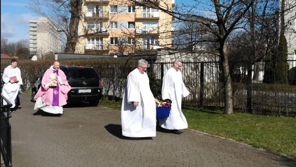 Polish priests burn Harry Potter books - Sputnik International