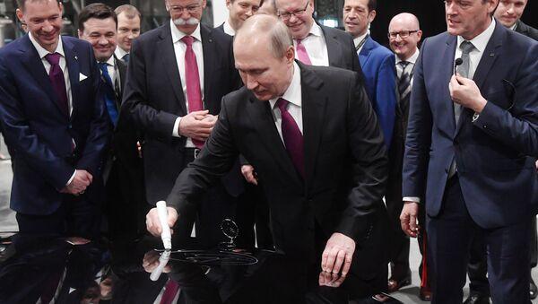 Putin signing Mercedes-Benz car - Sputnik International