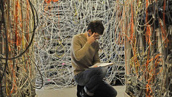 engineer checks network telecommunication cables - Sputnik International