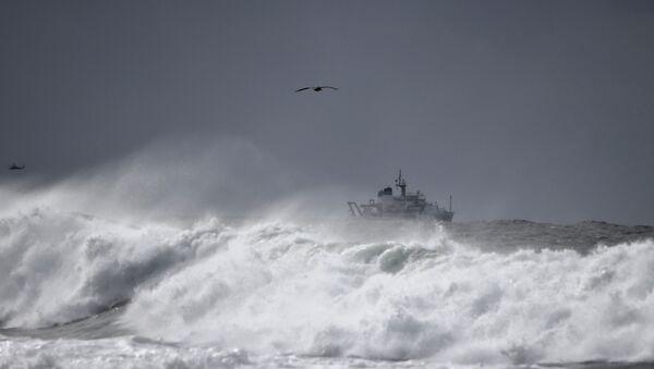 a ship navigates a rough ocean - Sputnik International