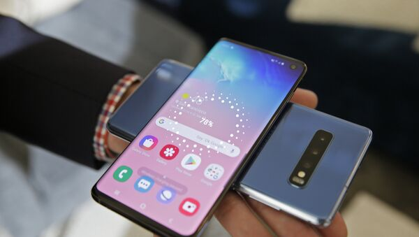 In this 19 February 2019 photo, the wireless power charging feature for the new Samsung Galaxy S10 smartphones is demonstrated during a product preview in San Francisco. - Sputnik International