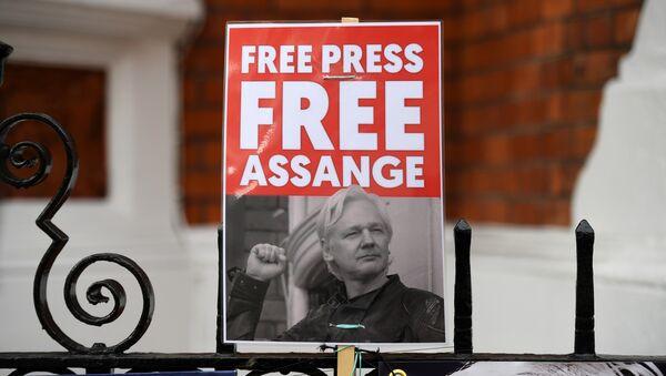 A supporter of WikiLeaks founder Julian Assange holds a placard outside the Ecuadorian Embassy in London on April 5, 2019 - Sputnik International
