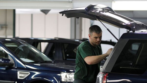 Workers examine Land Rover Freelander vehicles as they come off the production line at Jaguar Land Rover's Halewood assembly plant in Liverpool - Sputnik International