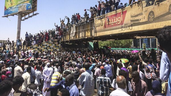 Protesters rally in front of the military headquarters in the capital Khartoum, Sudan, Monday, April 8, 2019 - Sputnik International