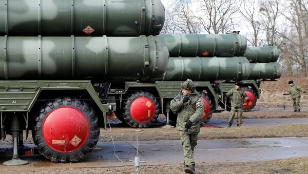 Russian servicemen stand next to a new S-400 Triumph surface-to-air missile system after its deployment at a military base outside the town of Gvardeysk near Kaliningrad, Russia March 11, 2019 - Sputnik International