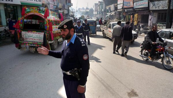 Pakistani traffic police officers control the traffic at a busiest road in Mingora, the main town of Swat Valley (File) - Sputnik International