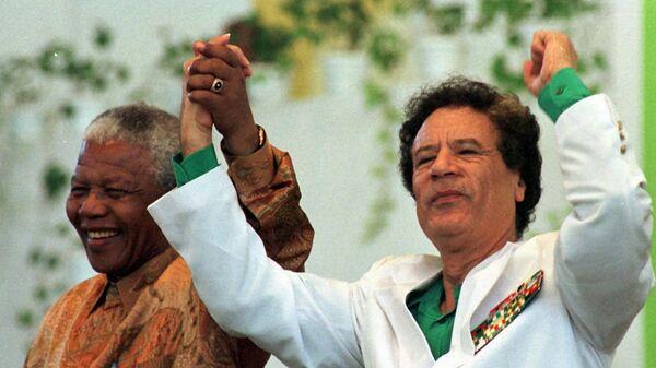 Muammar Gaddafi and Nelson Mandela, file photo. - Sputnik International