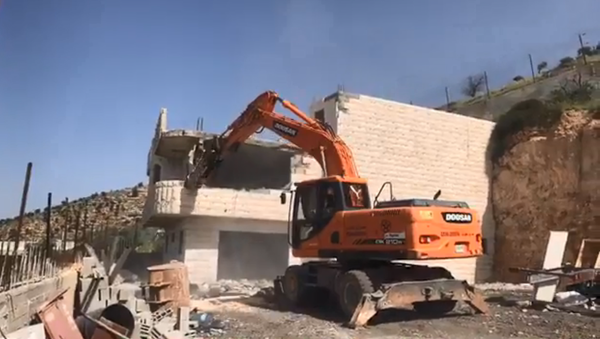 The Palestinian Zreina family is forced by the IDF to demolish their own family home in Bin Ouna, West Bank - Sputnik International