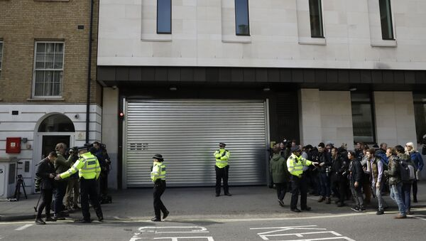 Police clear the way of waiting media outside Westminster magistrates court in London, Thursday, April 11, 2019 - Sputnik International