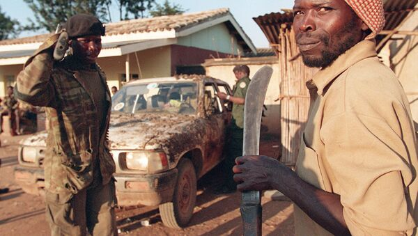 An armed Rwandan soldier and a member of the Interahamwe carrying a machete are seen in Gitarama during the genocide - Sputnik International