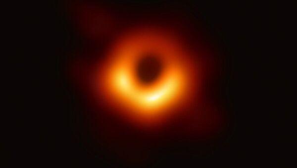 Изображение черной дыры в центре галактики M87, полученное с помощью телескопа Event Horizon Telescope - Sputnik International