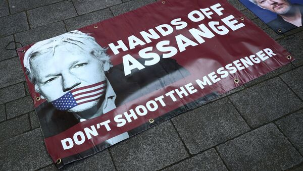 Banners in support of arrested WikiLeaks founder Julian Assange are seen on the pavement in front of Westminster Magistrates Court in London - Sputnik International