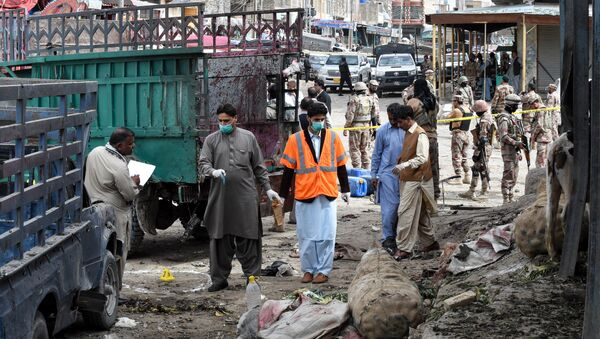 Pakistani security officials inspect the site of a bomb blast at a fruit market in Quetta on April 12, 2019 - Sputnik International