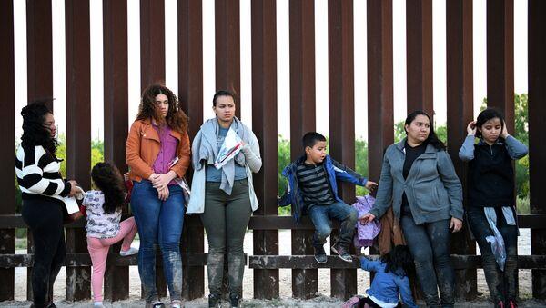 Central American migrants turn themselves in to U.S. Border Patrol as they seek asylum after illegally crossing the Rio Grande near Penitas, Texas, U.S., April 6, 2019 - Sputnik International