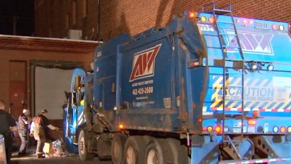 A Pennsylvania man wound up in the back of a garbage truck this week after he fell asleep in a dumpster. - Sputnik International