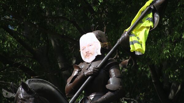 Julian Assange's photo attached to the statue of Joan of Arc in Toulouse, France - Sputnik International