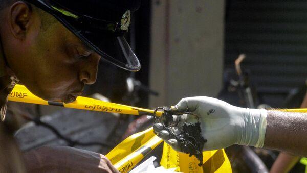 Sri Lankan Crime Division police officers inspect the explosion site at a church in Batticaloa, Sri Lanka April 21, 2019. - Sputnik International