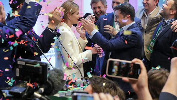 Ukrainian comedian and presidential candidate Volodymyr Zelenskiy, center right, and his wife Olena Zelenska, center left, greet their supporters at his headquarters - Sputnik International